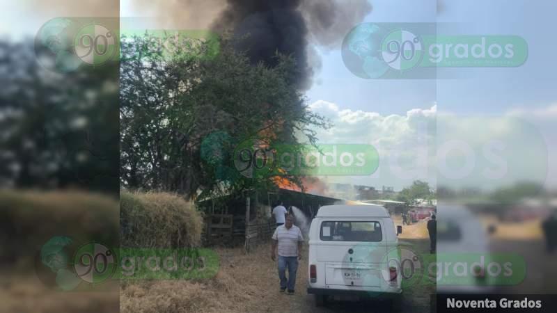 Fuerte incendio consume tres humildes viviendas en Zamora, Michoacán