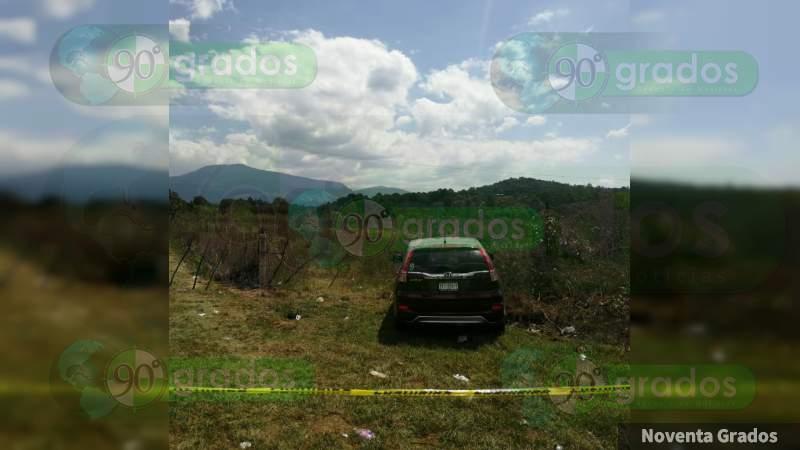 Encuentran cadáver baleado al interior de una camioneta en Tangamandapio