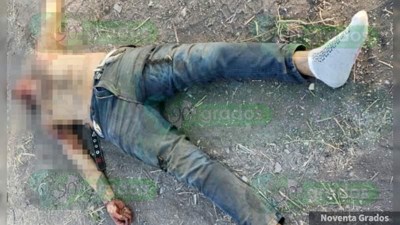 Hombre asesinado a tiros es hallado sobre la carretera Apatzingán - Cuatro Caminos, en Parácuaro, Michoacán